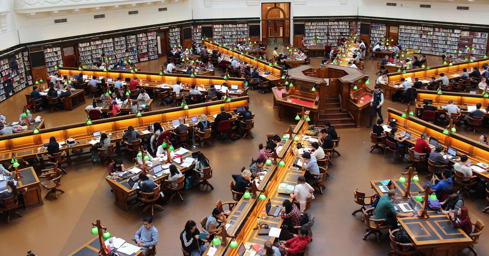Uni versus Fachhochschule: 5 Unterschiede, die dir die Entscheidung erleichtern